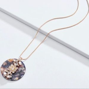 Jewelry - 🖤 Round Shell Pendant & Gold Chain Necklace 🖤